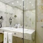 Fully equipped bathrooms at Hotel de Londres y de Inglaterra in San Sebastian, Cúrate Trips